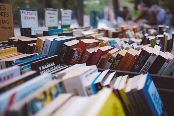 livros sendo vendidos em sebos na rua